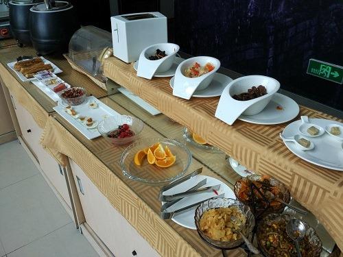 (写真6)莫泰酒店の朝食バイキング、中華メニューが多い