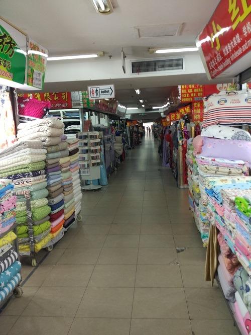 (写真2)上海市軽紡市場のなかの様子