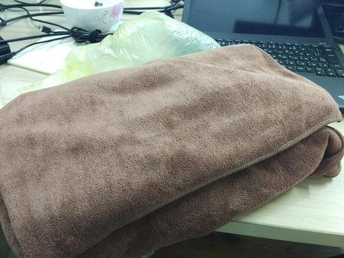 (写真3)サンプル用に購入した茶色のマッサージ用タオル(180cm×70cm)