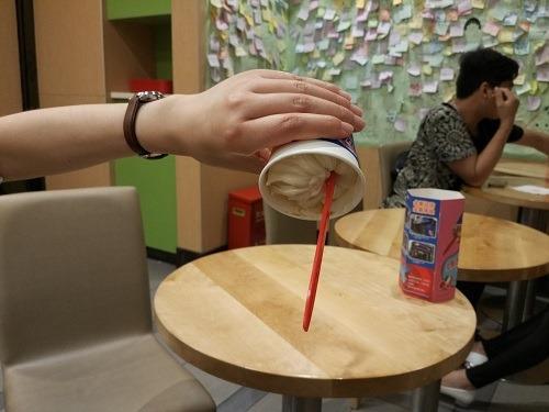 (写真4)逆さにしても落ちないDairy Queenのアイスクリーム