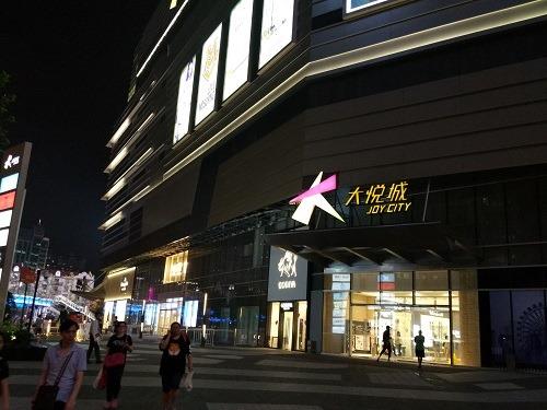 (写真1)ひと際目立つ大型ショッピングモールの大悦城(上海市)