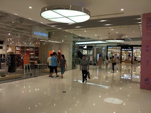 (写真2)一流百貨店のようなショッピングエリア(上海大悦城)