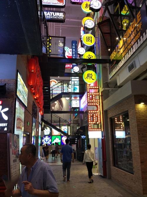 (写真4)ショッピングモールのなかの小さな「街」(上海大悦城)