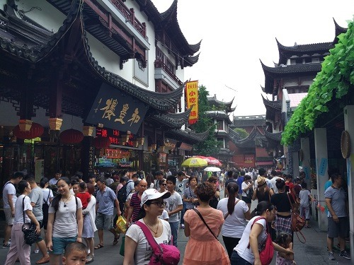 (写真2)平日でも多くの観光客でにぎわう(上海・豫園商城)