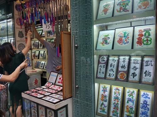 (写真5)高すぎる言い値で買わないよう注意が必要(上海・豫園商城)