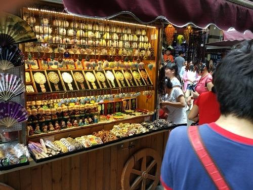 (写真4)上海豫園商城内に出店しているお土産屋さん