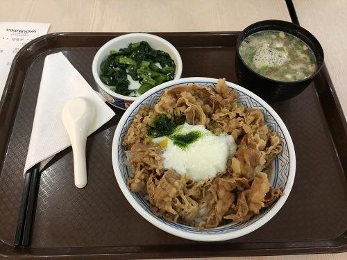(写真3)中国で中級レストランで出て来るような牛丼(蘇州市)