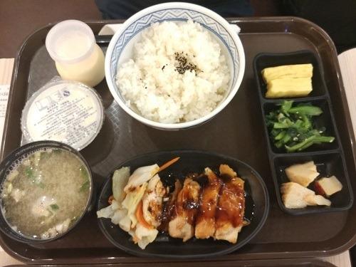 (写真4)吉野家の豪華照り焼きチキン定食(蘇州市)