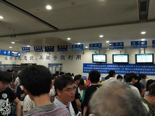 (写真4)上海で人気の大病院「瑞金病院」、大混雑する受付