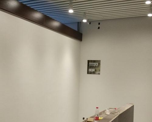 (写真3)受付前に設置、出入り口の様子を撮影