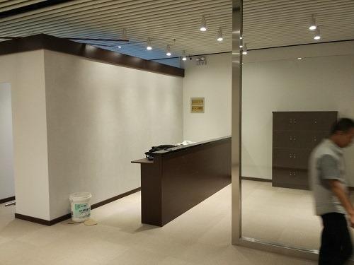 (写真4)お店に設置した受付カウンターと顧客用ロッカー