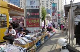 (写真1)路上で小物を販売する人びと(上海市)