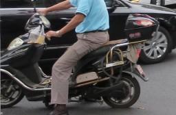 (写真1)ほとんど電動付バイクと見た目が変わらない中国の電動自転車