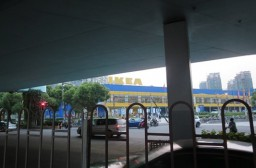 (写真1)遠目から見る徐匯区のIKEA(イケア)、地下鉄の駅から徒歩圏内