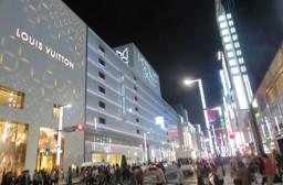 (写真1)銀座2丁目の中央通りの様子、松屋(MATSUYA)がそびえ立つ
