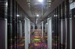 (写真1)昆山市内の99旅館の廊下、カガミ張りで特徴的な床のじゅうたん