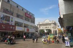 (写真1)松江区にある廟前街、若者から老人までウロウロしている