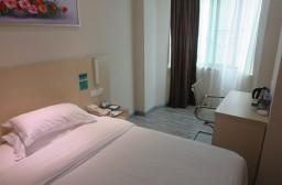 (写真1)深セン宝安区中心にある城市便捷酒店、シングルルームの室内