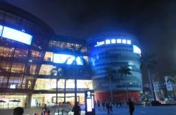 (写真1)海雅繽粉城という巨大なショッピングモール、若者でにぎわう