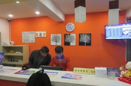 (写真1)清潔な雰囲気の七天連鎖酒店(7daysInn)のフロント(上海市嘉定区)
