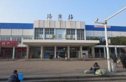 (写真1)空がキレイな海寧駅(列車)の駅前、靴磨きは4元(約80円)