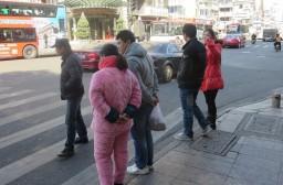 (写真1)街中で見かける中国人のパジャマ姿、厚手すぎて丸くなってしまう
