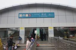 (写真1)上海市内を走っている上海メトロの莘庄駅、駅前には露天商が多い