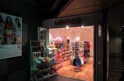 (写真1)東京都の池袋(豊島区)にある名創優品(MINISO)の日本本店