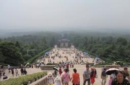 (写真1)中山陵の頂上付近の様子、たくさんの観光客が訪れる(江蘇省・南京)