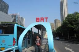(写真1)常州市のBRT乗車エリア、多くの人が利用する(江蘇省・常州市)
